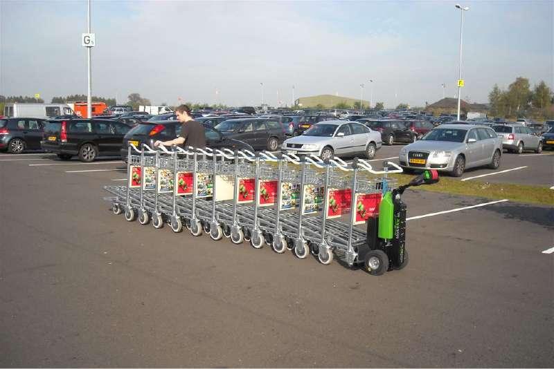 elektrický ručně vedený tahač t1000 veze zavazadlové vozíky na letišti
