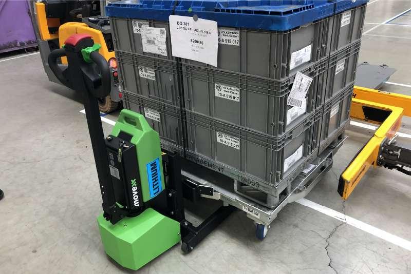 ručně vedený elektrický tahač md1000, manipulace s e-rámy a vozíku s KLT boxy, který má čtyři otočná kolečka