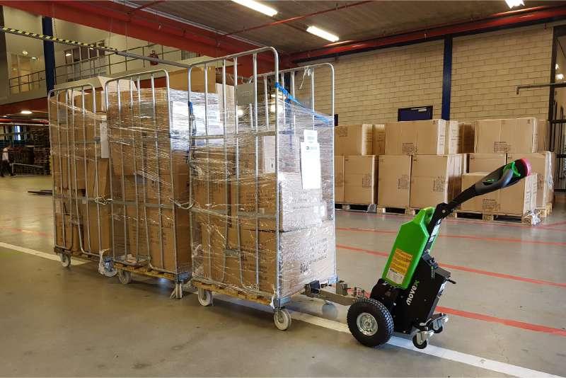 elektrický ručně vedený tahač t1000 ve skladu utáhne tři přepravní klece za sebou