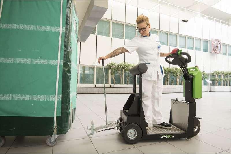 elektrický tahač t1000-platform s plošinou pro stojícího řidiče v nemocnici, snadné zapojení vozíku pomocí mechanického háku