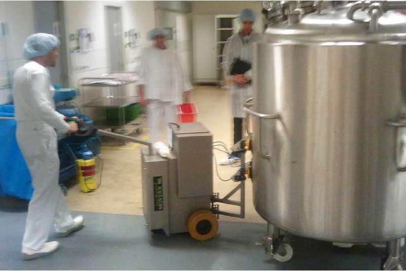 elektrický ručně vedený tahač t2500-cleanroom v potravinářském průmyslu, uchycení nerezové varny pomocí vakuových přísavek