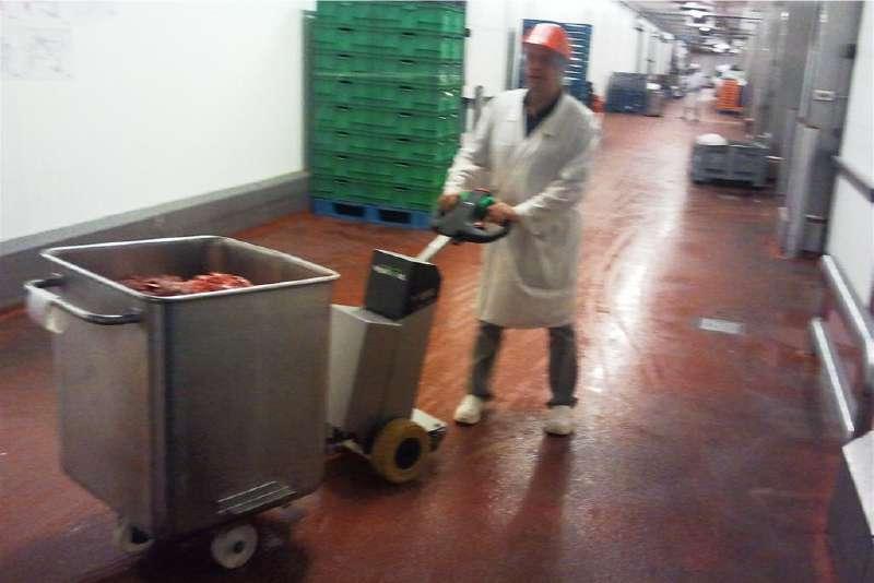 elektrický ručně vedený tahač t1000-cleanroom v potravinářství, manipulace s nerezovou nádobou na kolečkách