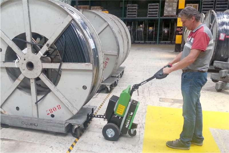 ručně vedený elektrický tahač t1500 při manipulaci kabelové cívky, uchycení mechanickým hákem