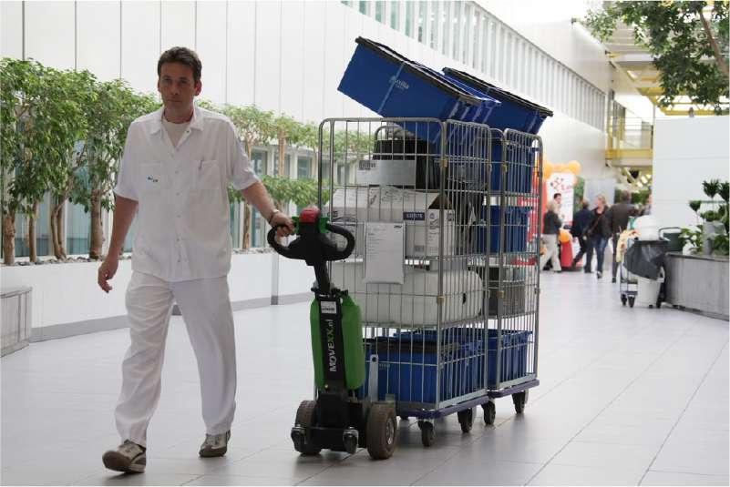 elektrický ručně vedený tahač t1000 ve zdravotnictví, manipulace přepravní klece zapojené za sebou