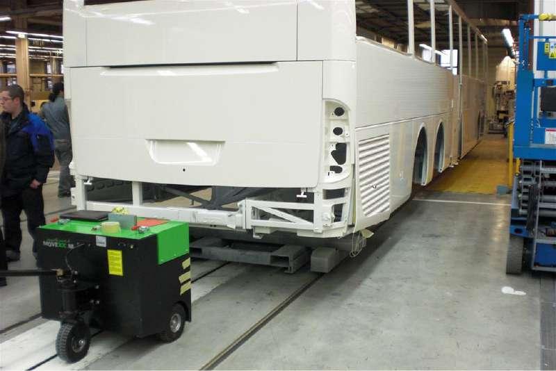 elektrický ručně vedený tahač t6000 v továrně na autobusy manipuluje polotovar hotového výrobku
