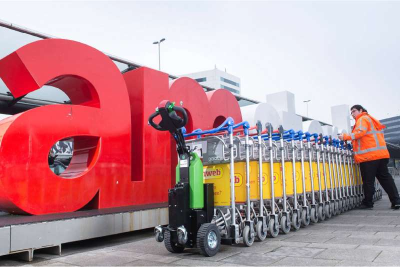 elektrický ručně vedený tahač t1000 na letišti, manipulace se zavazadlovými vozíky