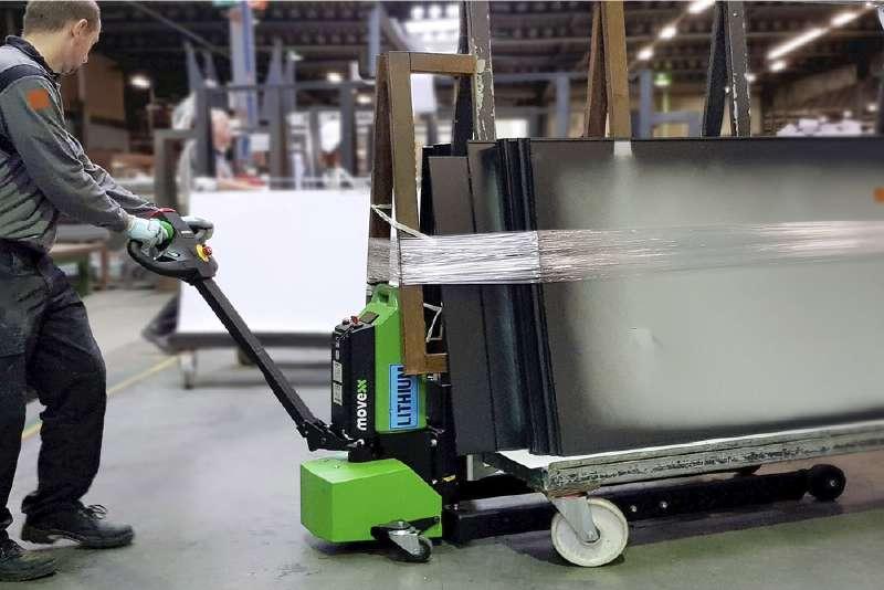 ručně vedený elektrický tahač md1000 lehce manipuluje vozíky se čtyřmi otočnými kolečky