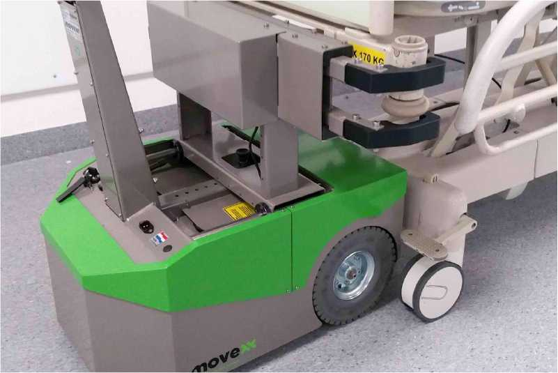 ručně vedený elektrický tahač bm500r-ffc drží nemocniční lůžko pevně z obou stran, takže je přeprava bezpečná