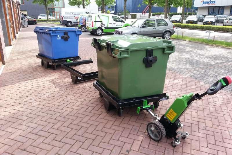 elektrický ručně vedený tahač t1000 vybavený rámy pro kontejnery utáhne několik kontejnerů v řadě