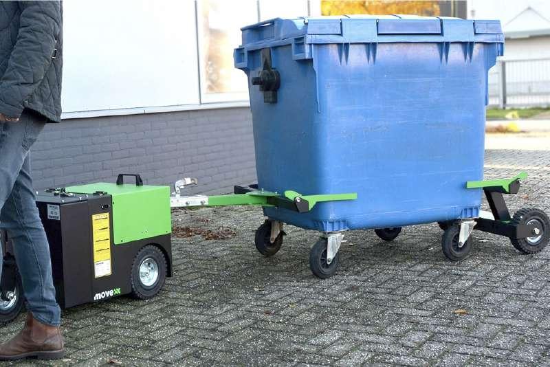 elektrický ručně vedený tahač t3500 s rámem na odpadkové kontejnery a veze v něm odpadkový kontejner, venkovní použití