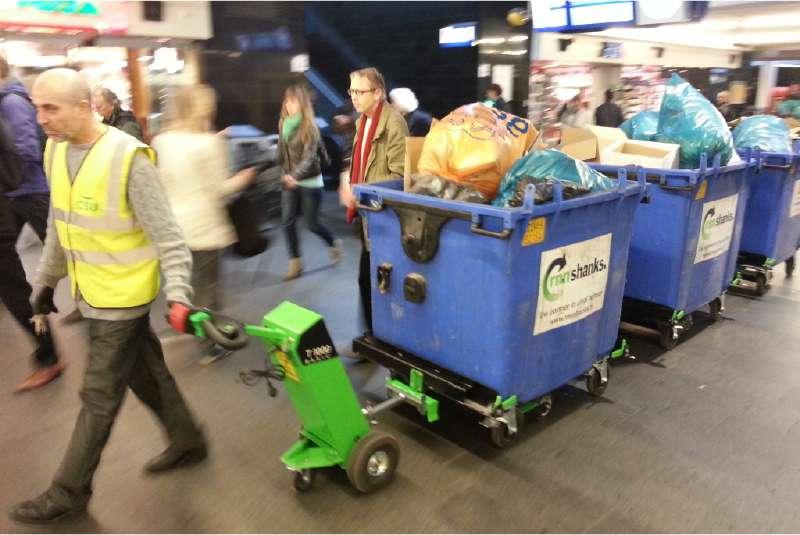 ručně vedený elektrický tahač movexx t1000 basic veze několik odpadkových kontejnerů zapojených za sebou