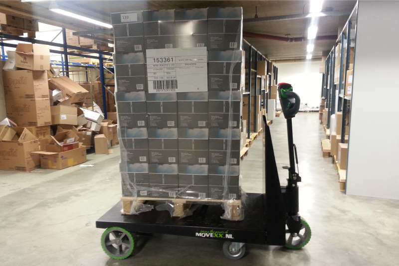 elektrický ručně vedený plošinový vozík P300 800x1200 veze paletu s nákladem ve skladu