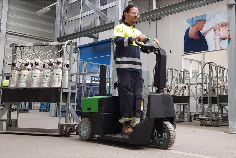 elektrický tahač t3500-platform s plošinou pro stojící obsluhu veze vozík s plynovými lahvemi ze skladu do výroby