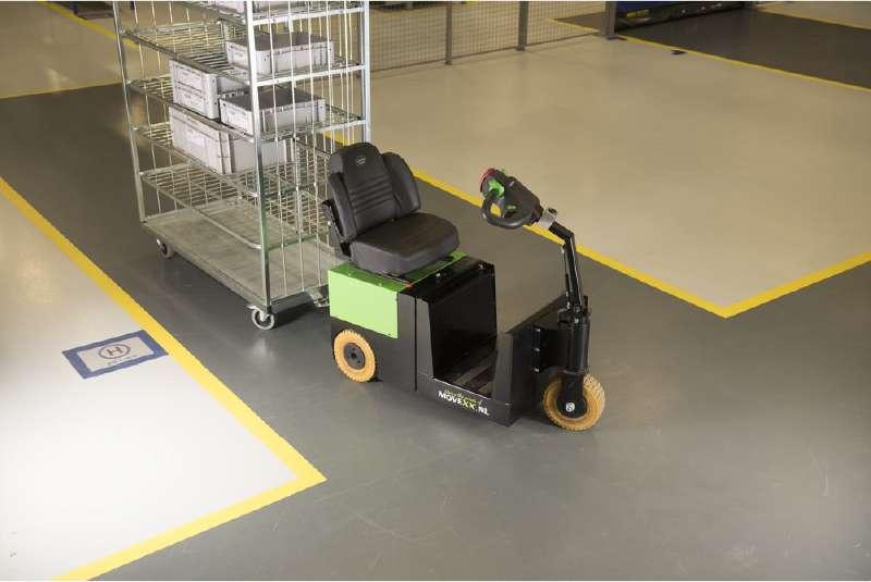 elektrický tahač t2500-scooter připojený k policovému přepravnímu vozíku ve skladu