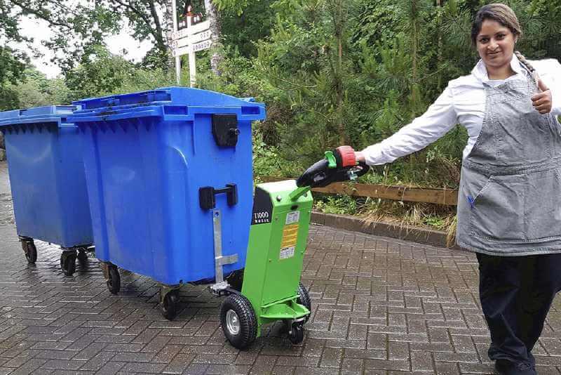 ručně vedený elektrický tahač movexx t1000 basic utáhne dvě popelnice v řadě za sebou
