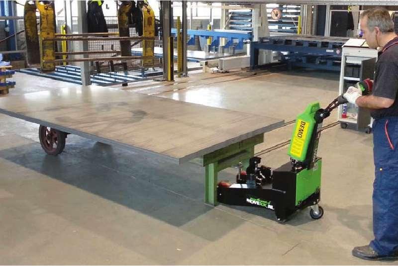 elektrický ručně vedený tahač t2500-p ve výrobě, manipulace plošinového vozíku na podstavcích pomocí elektrického zdvihu háku