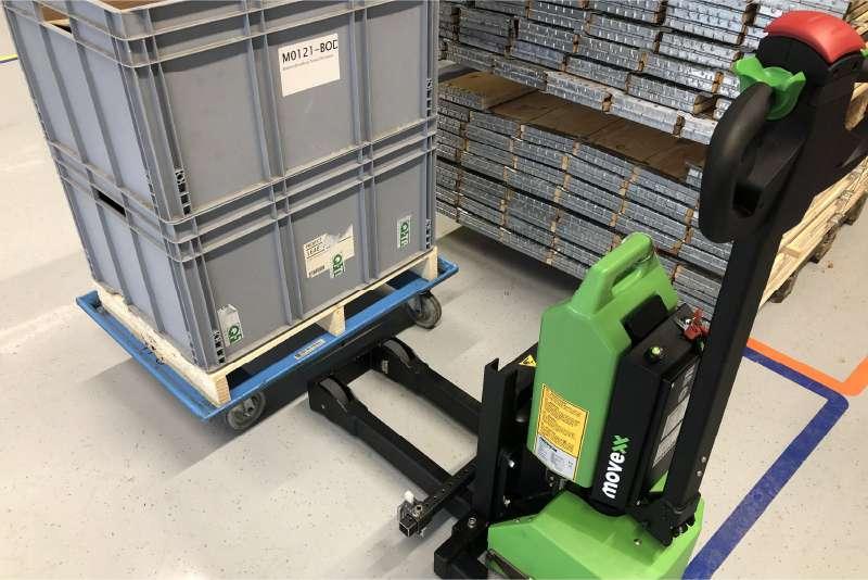 ručně vedený elektrický tahač md1000 zvládne manipulovat přepravní vozík s KLT boxy, který má čtyři otočná kolečka