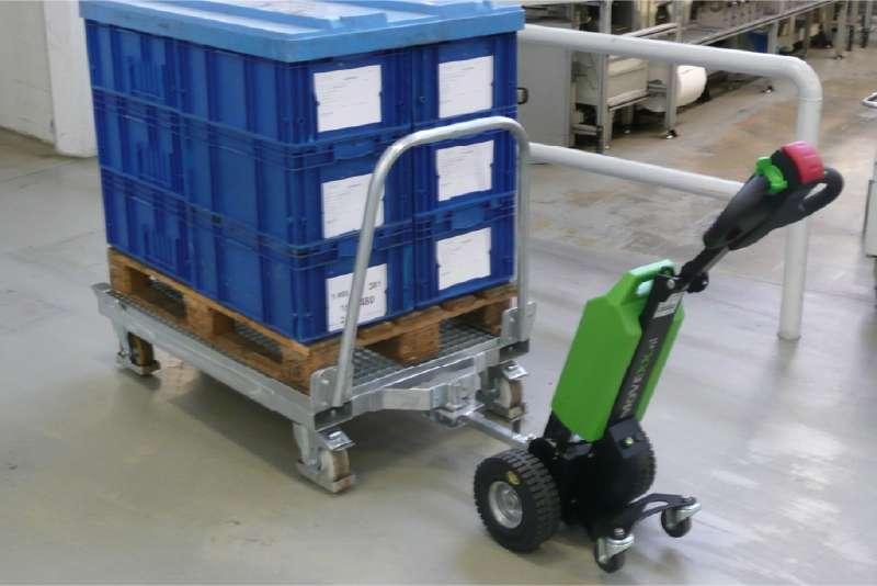elektrický ručně vedený tahač t1000 v automotive průmyslu, manipulace přepravních vozíků s KLT boxy