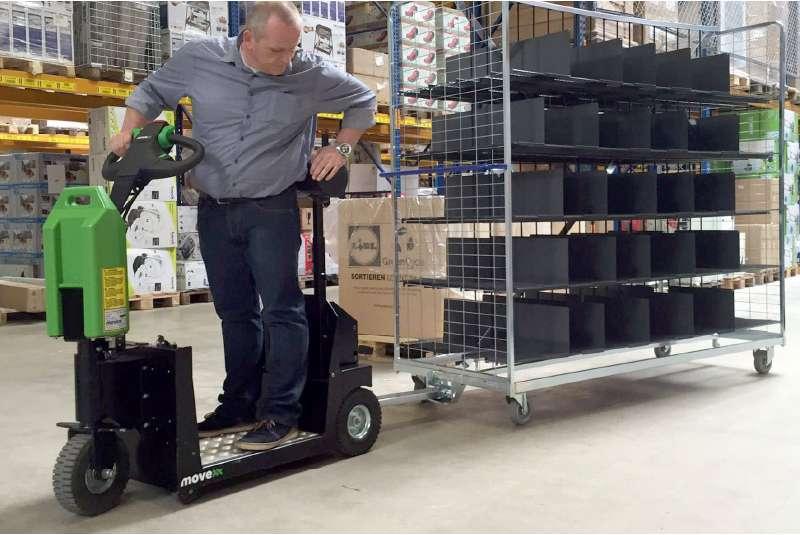 elektrický tahač t1000-platform s plošinou pro stojícího řidiče, tažení přepravního vozíku ve skladu, uchycení mechanickým hákem