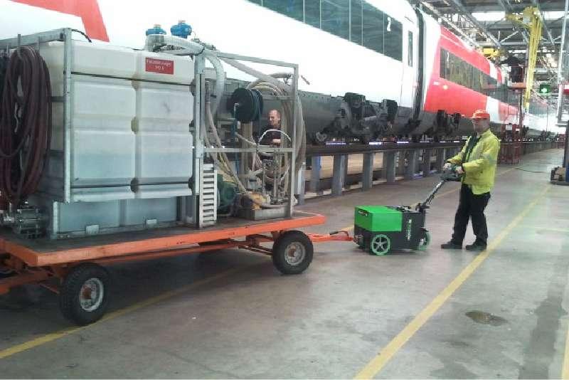 elektrický ručně vedený tahač t3500 manipuluje těžký valník s ojí v továrně