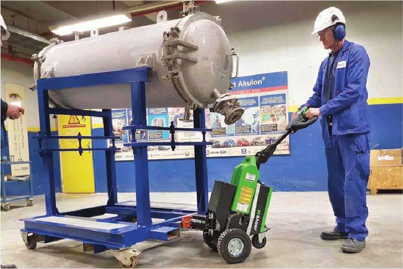 ručně vedený elektrický tahač t1500 je vhodný pro průmysl a výrobu, zvládne přepravit i tento těžký podstavec na kolečkách
