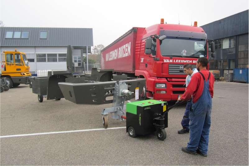 elektrický ručně vedený tahač t6000 venku přepravuje velký těžký přívěs s ojí