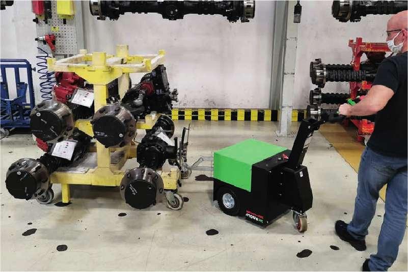 elektrický ručně vedený tahač t2500 manipuluje těžký pojízdný stojan ve strojírenské výrobě
