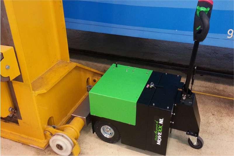 elektrický ručně vedený tahač t3500 připojený k zařízení na kolečkách mechanickým hákem