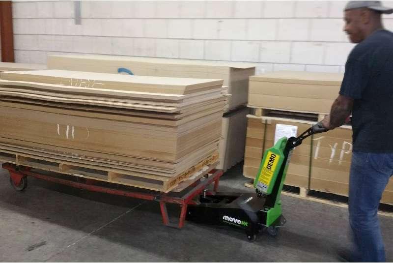 manipulace transportni vozik na drevo rucne vedeny elektricky tahac t1000
