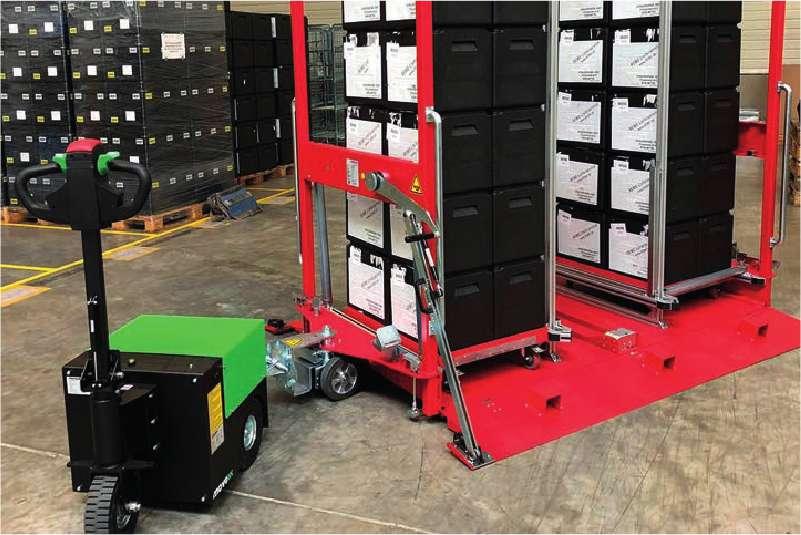 elektrický ručně vedený tahač t2500 připojený k velkému přepravnímu vozíku