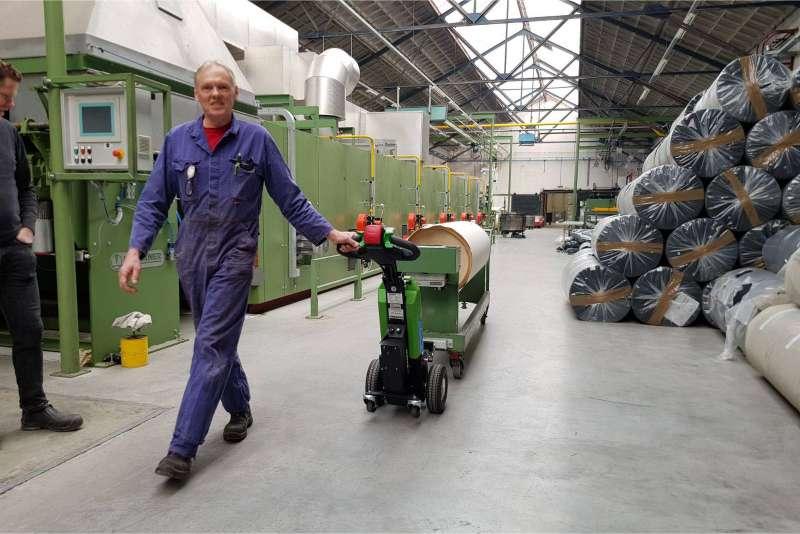 elektrický ručně vedený tahač t1000 ve skladu, manipulace těžkých předmětů na kolečkách