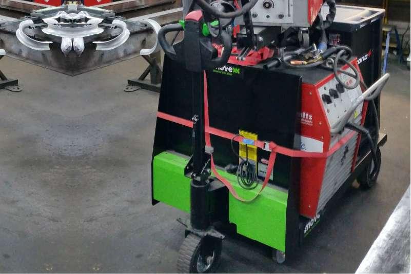 elektrický ručně vedený plošinový vozík P300 800x1200 má na sobě naložený stroj z výroby