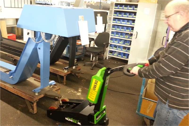 elektrický ručně vedený tahač t1000-p s elektrickým zdvihacím hákem přizvedává tažené břemeno