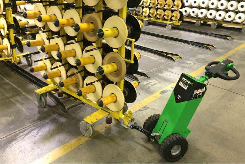 ručně vedený elektrický tahač movexx t1000 basic zapřažený za vozík na cívky