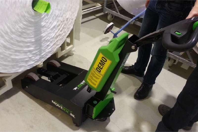 elektrický ručně vedený tahač t1000-p zdvihá náklad na jedné straně svým zdvihacím hákem