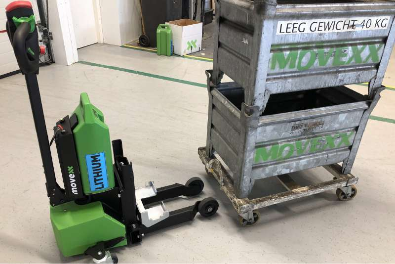 ručně vedený elektrický tahač md1000 uchytí přepravní vozíky, které mají 4 otočná kolečka