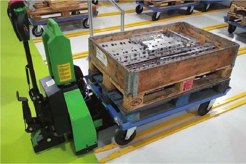 elektrický ručně vedený tahač t1500-rzs pomocí elektrického zdvihu přizvedne část vozíku, co má čtyři otočná kolečka