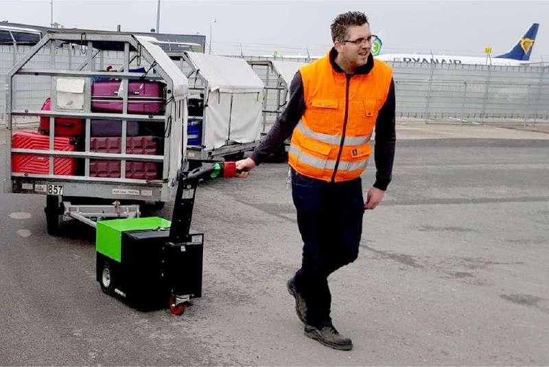 elektrický ručně vedený tahač t2500 při manipulaci zavazadlových vozíků na letišti