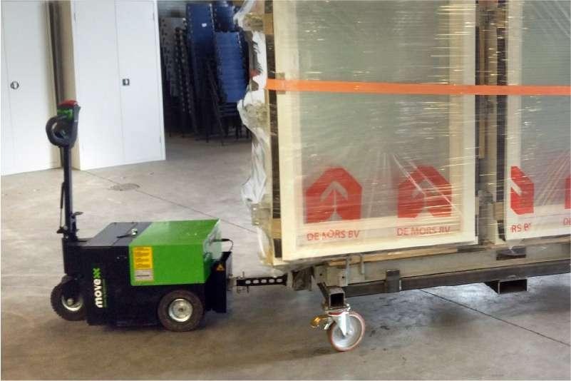 elektrický ručně vedený tahač t3500 připojený mechanickým hákem veze přepravní vozík s okenními rámy