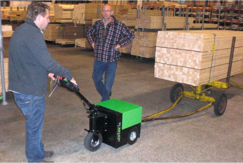 elektrický ručně vedený tahač t2500 připojený ojí k valníku se dřevem