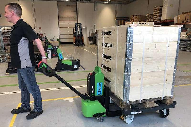 ručně vedený elektrický tahač md1000, ukázka manipulace s podvozky, které mají 4 otočná kola
