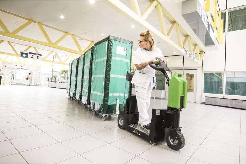 elektrický tahač t1000-platform s plošinou pro stojícího řidiče je vhodný pro nemocnice, manipulace tažné soupravy přepravních klecí ve zdravotnictví