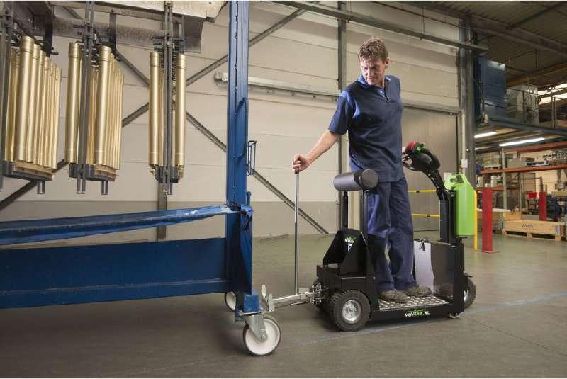 elektrický tahač t1000-platform s plošinou pro stojícího řidiče ve skladu, zapojení pojízdného stojanu pomocí mechanického háku
