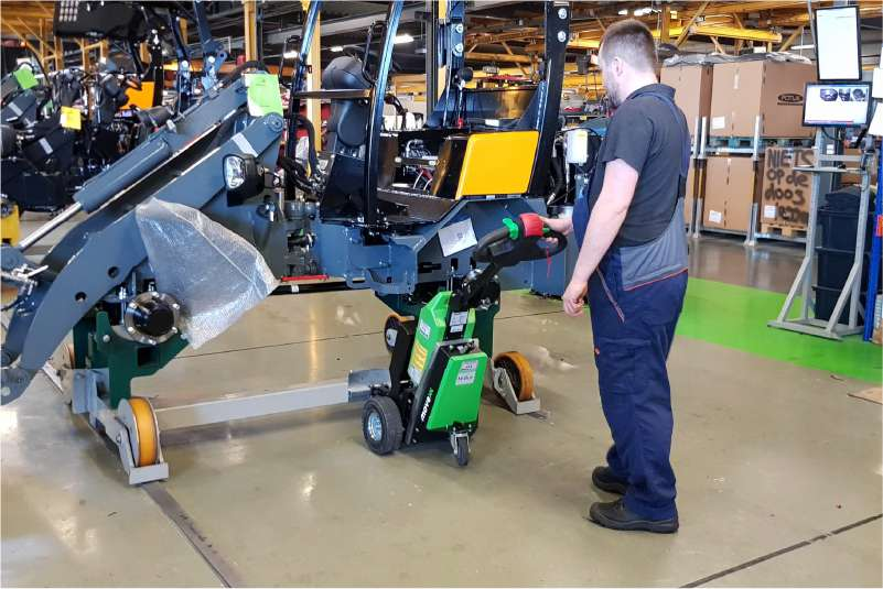 ručně vedený elektrický tahač t1500 jako manipulátor ve výrobě k manipulaci těžkých strojů a zařízení
