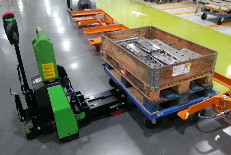 elektrický ručně vedený tahač t1500-rzs při manipulaci s podvozkem e-rámu ve skladu