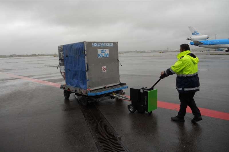 elektrický ručně vedený tahač t3500 přepravuje vozík se zavazadly na letišti