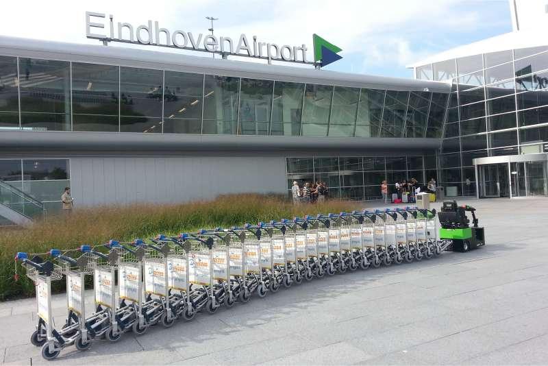 elektrický tahač t2500-scooter se hodí na letiště, může takto manipulovat celou řadu zavazadlových vozíků