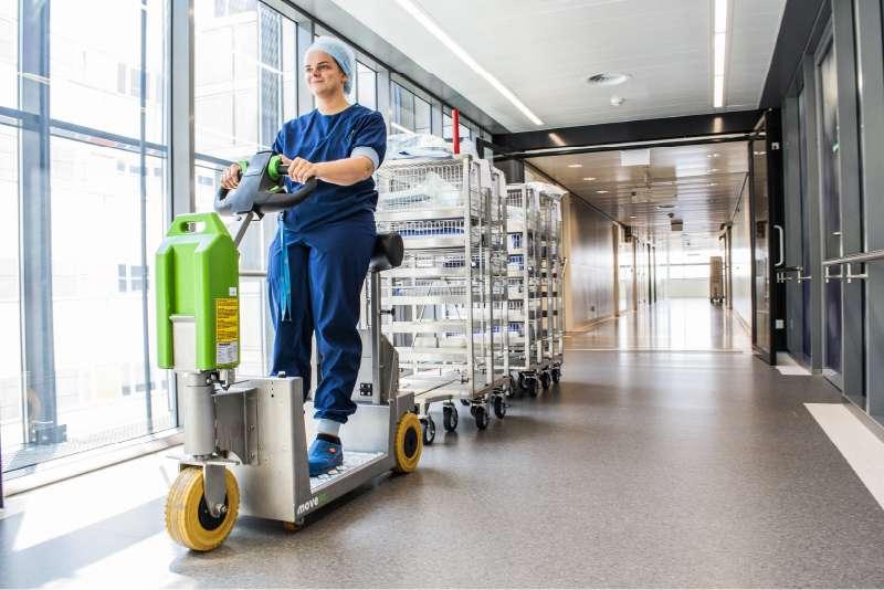 elektrický tahač t1000-platform rvs s plošinou pro stojícího řidiče, přeprava soupravy vozíků chodbou nemocnice