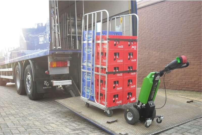 elektrický ručně vedený tahač t1000 na rampě kamionu pomáhá při nakláce/vykládce zboží