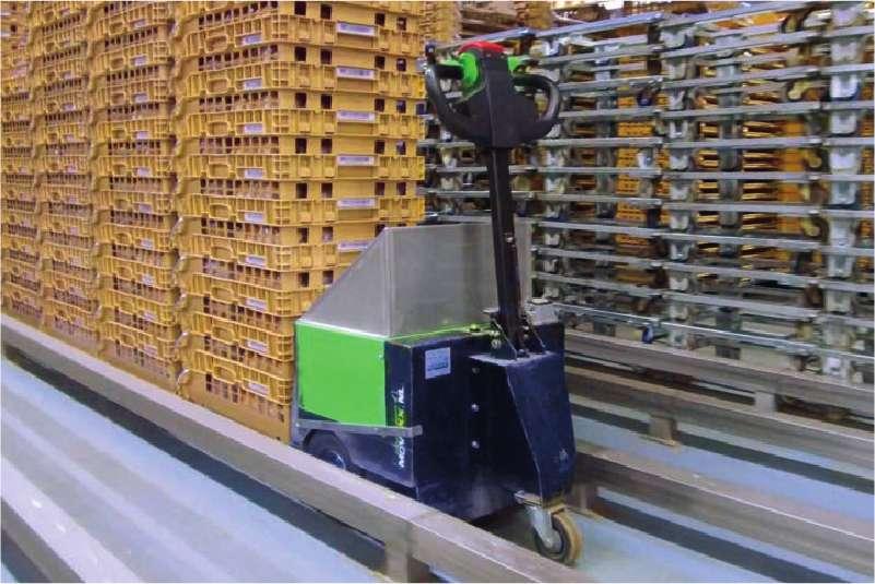 elektrický ručně vedený tahač t2500 vybavený push modulem a dálkovým ovládáním tlačí stohované přepravky před sebou
